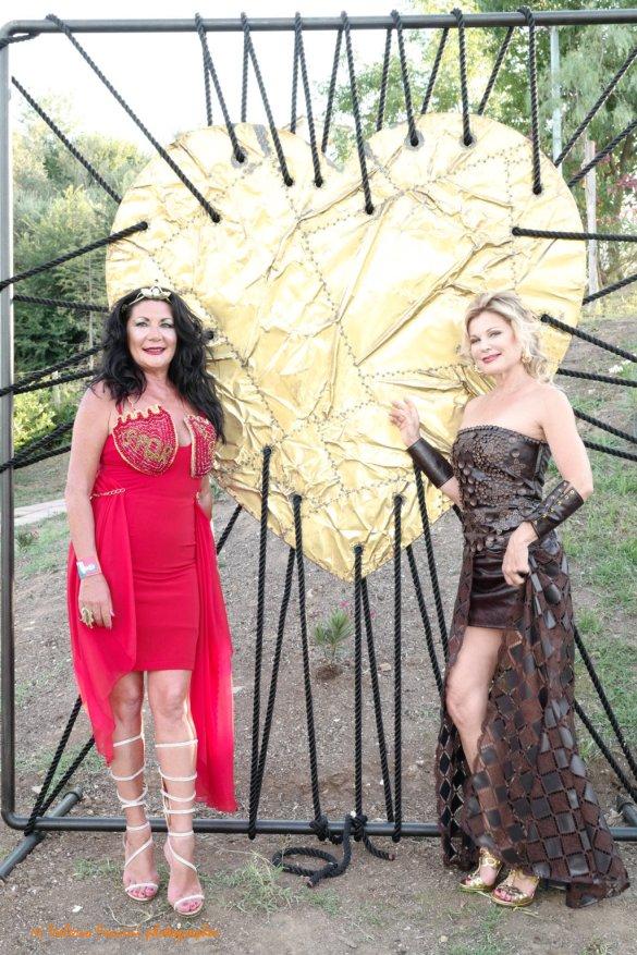 Eleonora Altamore e Patrizia Pellegrino con la scultura dell'artista Fabio Masotti