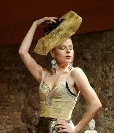 natalia simonova in scena con cappello di Francesca Munzi