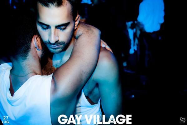 Gay Village_abbraccio_pubblico