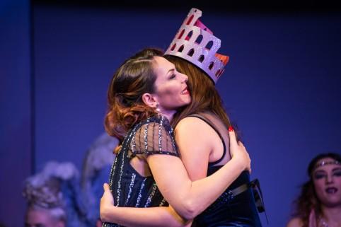 Caput Mundi IBA_Albadoro Gala abbraccia la vincitrice della 6 edizione_ph Effetti Visivi